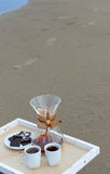 Accesorios para la alternativa que prepara el café en una bandeja en la playa arenosa Espacio libre para el diseño Imagen de archivo