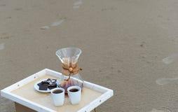 Accesorios para la alternativa que prepara el café en una bandeja en la playa arenosa Espacio libre para el diseño Foto de archivo libre de regalías