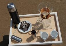Accesorios para la alternativa que prepara el café en una bandeja en la playa rsandy Imagenes de archivo