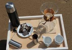 Accesorios para la alternativa que prepara el café en una bandeja en la playa rsandy Foto de archivo