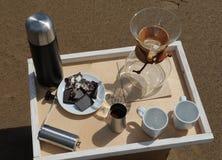 Accesorios para la alternativa que prepara el café en una bandeja en la playa rsandy Imagen de archivo libre de regalías
