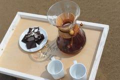 Accesorios para la alternativa que prepara el café en una bandeja en la playa rsandy Imagen de archivo