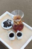 Accesorios para la alternativa que prepara el café en una bandeja en la playa rsandy Fotografía de archivo libre de regalías