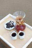 Accesorios para la alternativa que prepara el café en una bandeja en la playa rsandy Fotos de archivo libres de regalías
