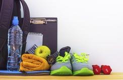 Accesorios para la aptitud y los deportes en el gimnasio Imágenes de archivo libres de regalías