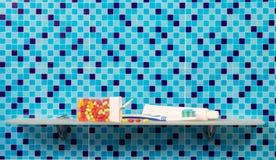 Accesorios para la boca en estante en cuarto de baño Imagen de archivo libre de regalías