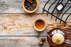 Accesorios para la ceremonia de té Pote del té, tazas, hojas de té secas en copyspace de madera rústico de la opinión superior de Fotografía de archivo