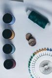 Accesorios para la costura en el fondo blanco del paño Imágenes de archivo libres de regalías
