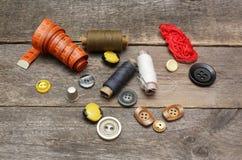 Accesorios para la costura en superficie de madera Foto de archivo libre de regalías