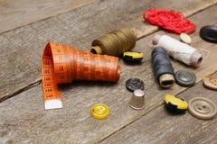 Accesorios para la costura en superficie de madera Fotografía de archivo