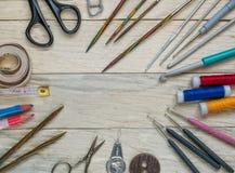 Accesorios para la costura en un fondo de madera Imágenes de archivo libres de regalías