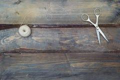 Accesorios para la costura hecha a mano en fondo de madera Copie el espacio Foto de archivo libre de regalías