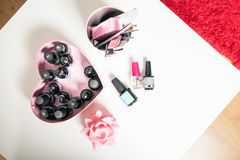 Accesorios para la decoración, los cepillos y los barnices del clavo en una tabla blanca Imágenes de archivo libres de regalías