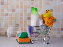 Accesorios para la ducha e higiene en el carro de la compra imágenes de archivo libres de regalías