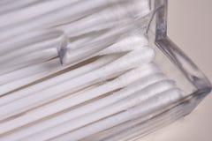 Accesorios para la higiene Palillos del algodón en el caso Imagen de archivo libre de regalías