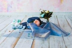 Accesorios para la mamá futura que aguarda para el knitte azul del sombrero del bebé Fotos de archivo