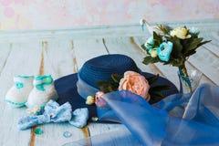 Accesorios para la mamá futura que aguarda para el knitte azul del sombrero del bebé Imágenes de archivo libres de regalías
