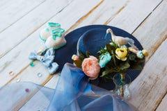 Accesorios para la mamá futura que aguarda para el knitte azul del sombrero del bebé Fotografía de archivo