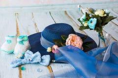 Accesorios para la mamá futura que aguarda para el knitte azul del sombrero del bebé Fotografía de archivo libre de regalías