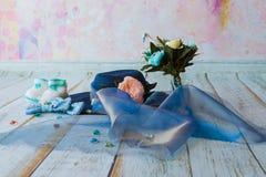 Accesorios para la mamá futura que aguarda para el knitte azul del sombrero del bebé Imagenes de archivo