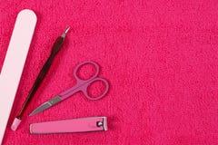 Accesorios para la manicura o la pedicura en la toalla mullida Foto de archivo libre de regalías