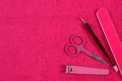 Accesorios para la manicura o la pedicura en la toalla mullida, concepto del cuidado del clavo, espacio de la copia para el texto Imagen de archivo