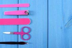 Accesorios para la manicura o pedicura, espacio de la copia para el texto en tableros azules Fotografía de archivo