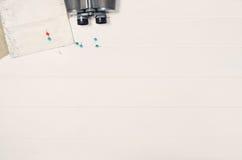 Accesorios para la opinión superior del viaje sobre el marco de madera blanco del fondo Fotografía de archivo libre de regalías