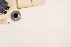 Accesorios para la opinión superior del viaje sobre el marco de madera blanco del fondo Imágenes de archivo libres de regalías