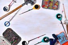 Accesorios para la pesca en un fondo de madera ligero, pla del invierno Fotografía de archivo