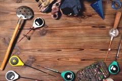 Accesorios para la pesca en un fondo de madera marrón, pla del invierno Fotos de archivo
