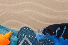 Accesorios para la playa que miente en la arena Fotos de archivo