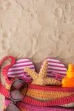 Accesorios para la playa que miente en la arena Fotografía de archivo