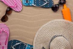 Accesorios para la playa que miente en la arena Fotografía de archivo libre de regalías