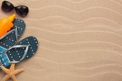 Accesorios para la playa que miente en la arena Imágenes de archivo libres de regalías