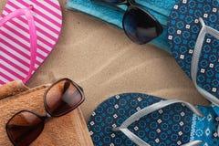 Accesorios para la playa que miente en la arena Fotos de archivo libres de regalías