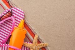 Accesorios para la playa que miente en la arena Imagen de archivo