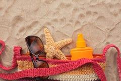 Accesorios para la playa que miente en la arena Imagen de archivo libre de regalías