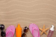 Accesorios para la playa que miente en la arena Foto de archivo libre de regalías