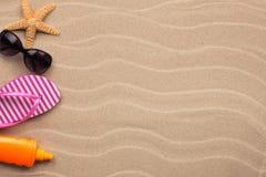 Accesorios para la playa que miente en la arena, con el lugar para su Imagen de archivo
