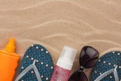 Accesorios para la playa que miente en la arena, con el lugar para su texto Fotografía de archivo