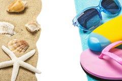 Accesorios para la playa y el arena de mar con las conchas marinas Fotos de archivo