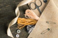 Accesorios para las aficiones: cinta, tijeras, aguja y perno Composición plana de la endecha Imágenes de archivo libres de regalías