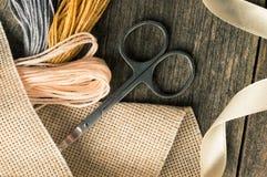 Accesorios para las aficiones: cinta, tijeras, aguja y perno Composición plana de la endecha Fotos de archivo