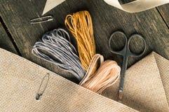 Accesorios para las aficiones: cinta, tijeras, aguja y perno Composición plana de la endecha Imagenes de archivo