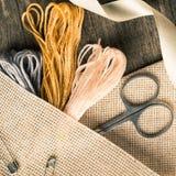 Accesorios para las aficiones: cinta, tijeras, aguja y perno Composición plana de la endecha cuadrado Foto de archivo libre de regalías