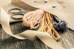 Accesorios para las aficiones: cinta, tijeras, aguja y perno Herramientas de costura Imagen de archivo