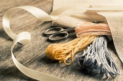 Accesorios para las aficiones: cinta, tijeras, aguja y perno Herramientas de costura Imagen de archivo libre de regalías