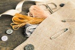 Accesorios para las aficiones: cinta, tijeras, aguja y perno Herramientas de costura Fotos de archivo libres de regalías