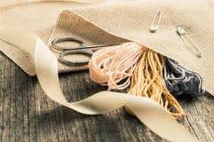 Accesorios para las aficiones: cinta, tijeras, aguja y perno Herramientas de costura Fotos de archivo
